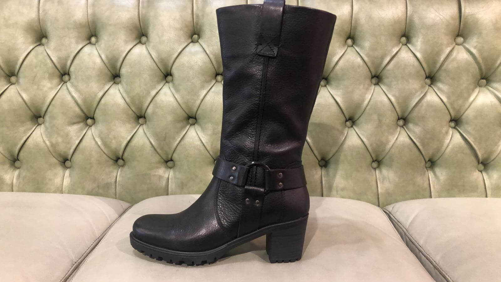 black elather winter boots with fur and mid heel