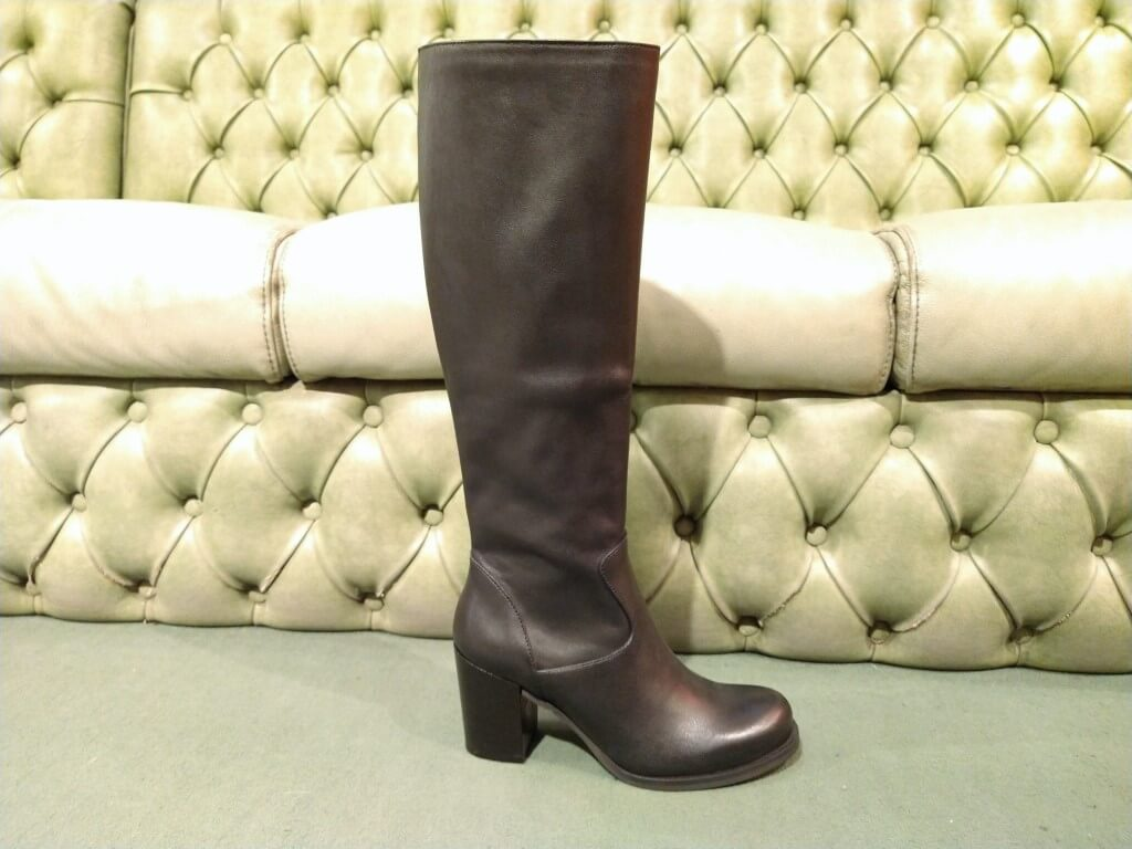 black boots with mid heel